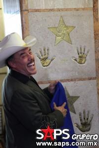 Don Pedro Rivera al momento de develar las huellas de Jenni Rivera