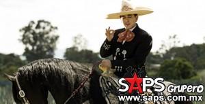 El Bebeto canta y encanta al son del mariachi