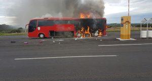 Impresionante; arde en llamas el autobús de Banda Tierra Sagrada