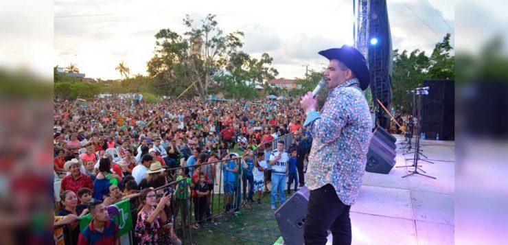 """Chuy Lizárraga canta para su gente en """"La Hora Municipal"""""""