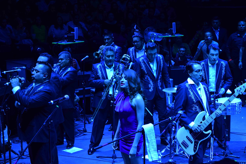 bailan regios a ritmo de los  u00c1ngeles azules en el domo care